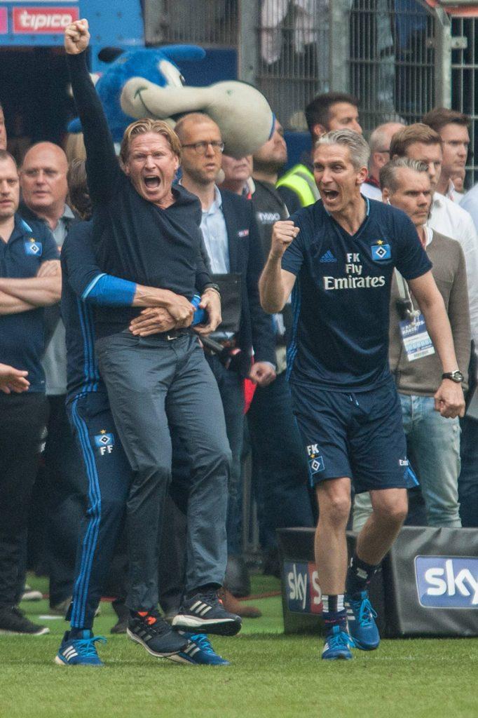Markus Gisdol Trainer des HSV feiert den Klassenerhalt wie eine Meisterschaft