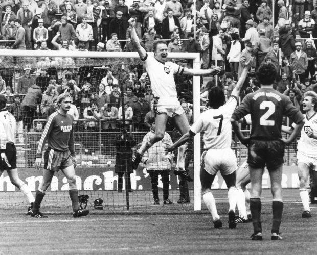 Horst Hrubesch jubelt über den Siegtreffer zum 4:3 gegen den FC Bayern