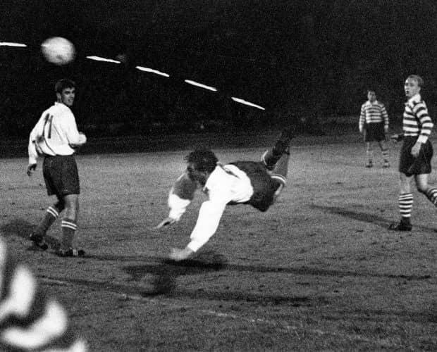 """Kaiserslauterns Kapitän und Stürmer Fritz Walter (M) erzielt im Hechtflug mit der Hacke das """"Jahrhundertor"""" am 06.10.1956 im Leipziger Zentralstadion."""