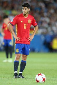 Marco Asensio steht im Halbfinale gegen Italien bei der U21-EM für einen Freistoß bereit.