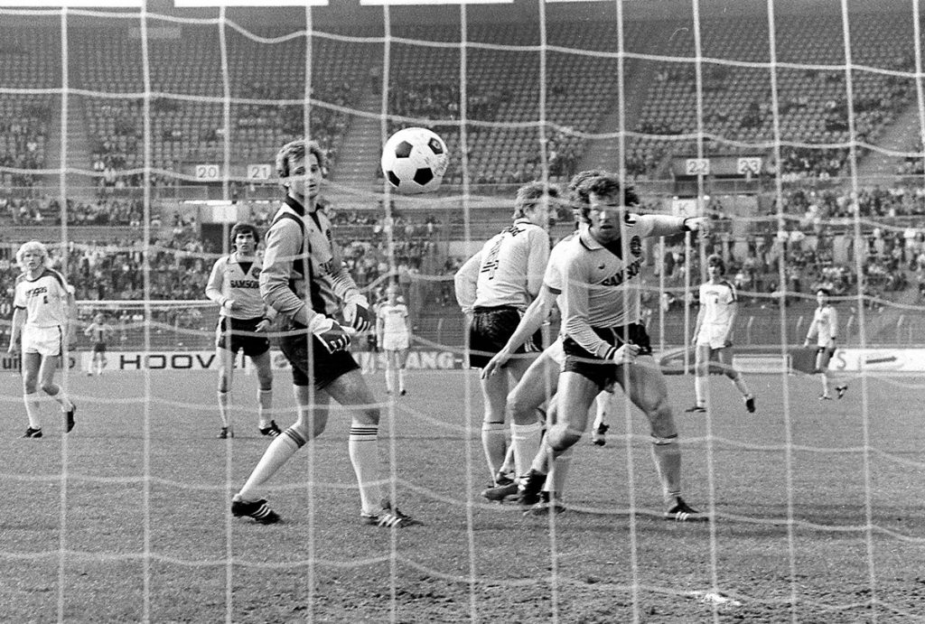 Torwart Peter Endrulat (li.) und Amand Theis (beide BVB, re.) kassieren den Treffer zum 7:0