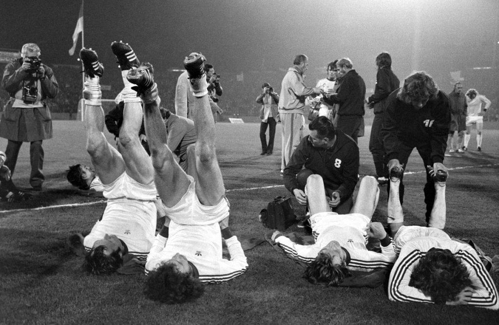 Bayernspieler lockern Beine vor der Verlängerung