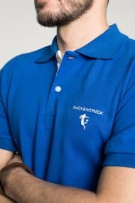 Klassisches Herren Poloshirt in Mittelblau – Weiß Brust